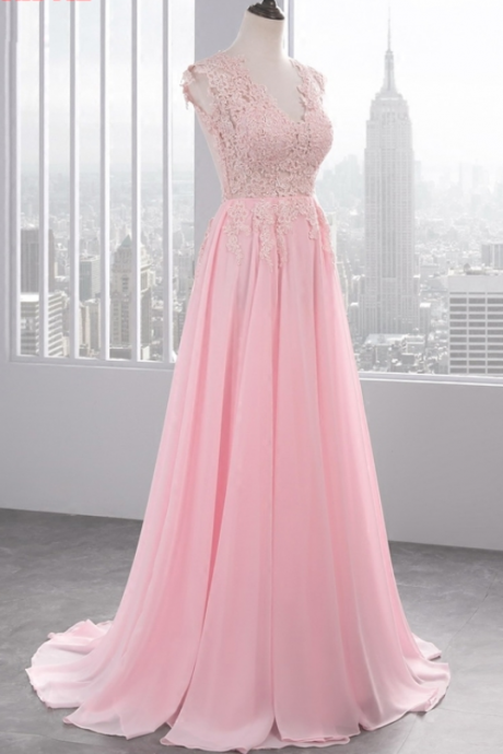 The woman's chiffon gown with a long evening gown was a formal evening gown